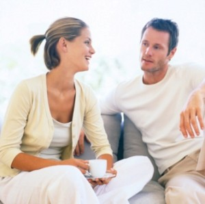 homme parler à femme